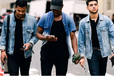 Свободный силуэт модных мужских джинсов